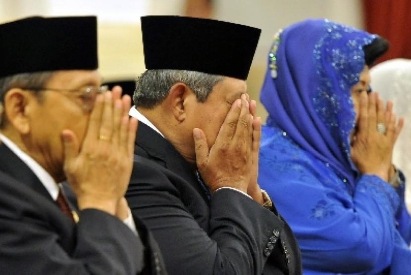 Presiden Susilo Bambang Yudhoyono (tengah) didampingi Ibu Ani Yudhoyono (kanan) dan Wapres Boediono