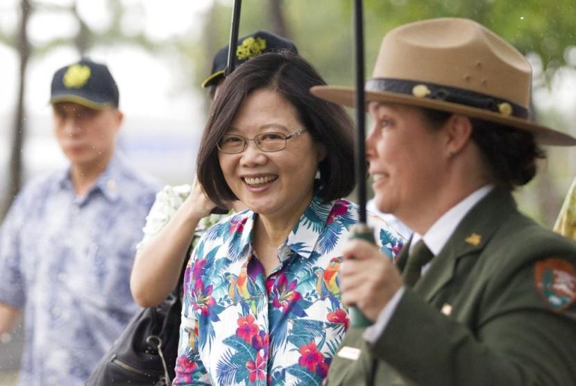 Presiden Taiwan Tsai Ing-wen (tengah).