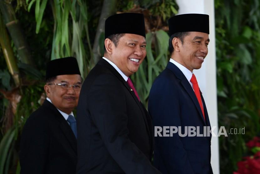 Presiden terpilih Joko Widodo (kanan) dan Wakil Presiden Jusuf Kalla (kiri) serta Ketua MPR Bambang Soesatyo (tengah) tiba untuk mengikuti upacara pelantikan presiden dan wakil presiden periode 2019-2024 di Gedung Nusantara, Kompleks Parlemen, Senayan, Jakarta, Ahad (20/10/2019).