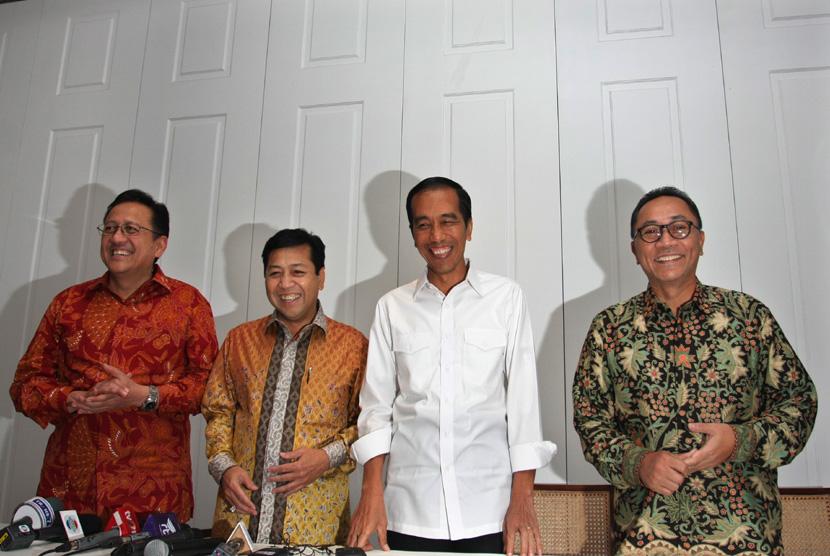 Presiden terpilih Joko Widodo (kedua kanan) bersama Ketua Majelis Permusyawaratan Rakyat (MPR) Zulkifli Hasan (kanan), Ketua Dewan Perwakilan Rakyat (DPR) Setya Novanto (kedua kiri), dan Ketua Dewan Perwakilan Daerah (DPD) Irman Gusman (kiri) memberikan ke