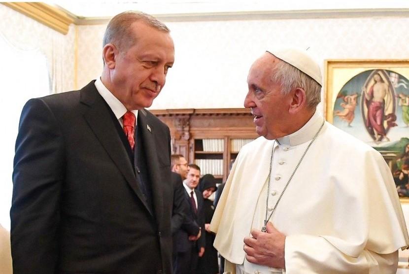 Presiden Turki Recep Tayyip Erdogan (kiri) saat bertemu Paus Francis di Vatikan, Senin (5/2).