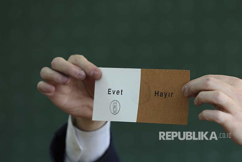 Petugas TPS setempat menunjukkan surat suara referendum Turki di Istanbul (16/4)