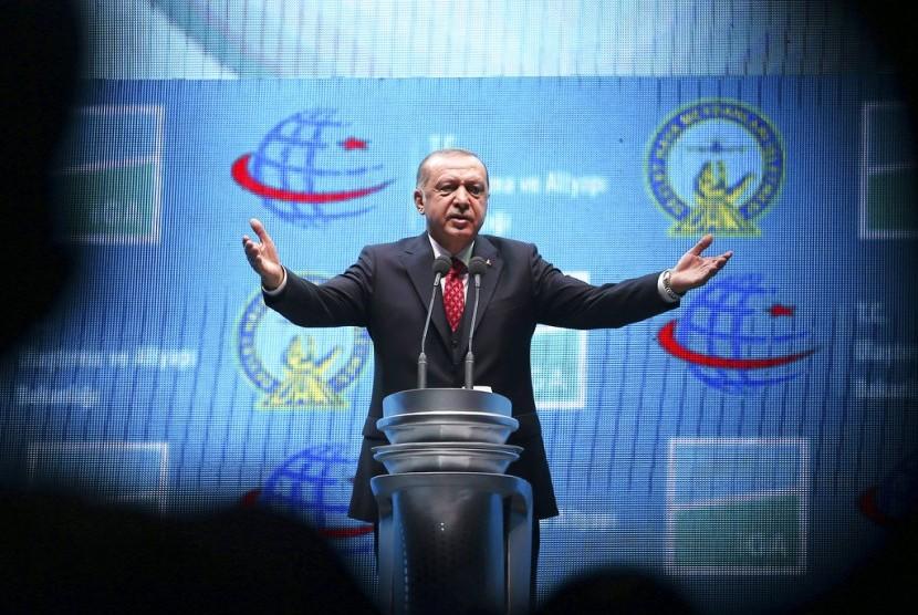 Presiden Turki Recep Tayyip Erdogan saat meresmikan bandara baru di Turki, Senin (29/10).