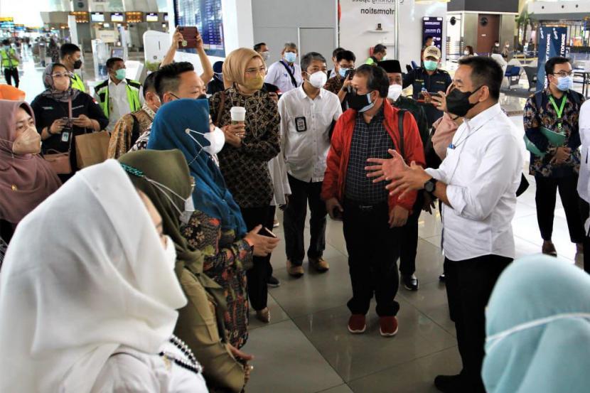 President Director of AP II Muhammad Awaluddin (kanan) bersama anggota Komisi IX DPR, Kementerian Kesehatan, Otoritas Bandara Wilayah I Soekarno-Hatta dan Satgas Udara Penanganan COVID-19 meninjau langsung pelaksanaan tes PCR bagi penumpang dari luar negeri yang baru mendarat di Bandara Soekarno-Hatta, Tangerang, Banten, Jumat (24/9).