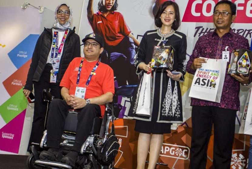 President of Asian Paralympic Committee Majid Rashed (kedua kiri) bersama Direktur Hubungan Kelembagaan Bank Mandiri Alexandra Askandar (kedua kanan) dan Direktur Hubungan Kelembagaan Bank BRI Sis Apik Wijayanto (kanan) berfoto bersama usai menandatangani perjanjian kerja sama sponsor ofisial Asian Para Games 2018 di GBK Arena, Jakarta, Selasa (2/10).