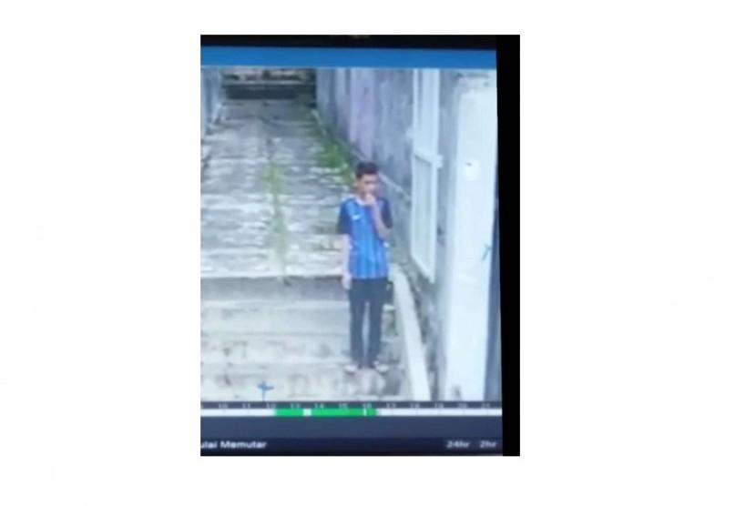 Pria berbaju biru yang terekam cctv dan diduga kuat sebagai pelaku penikaman siswi SMK Baranangsiang Bogor