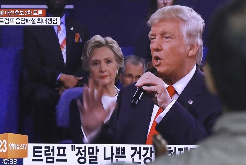 Pria di Korea Selatan menonton debat capres AS antara Donald Trump dan Hillary Clinton, Senin (10/10).