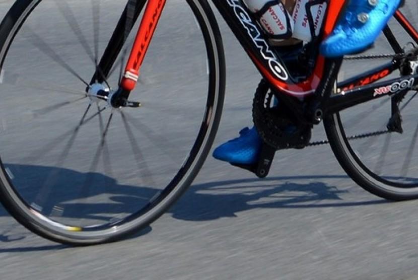Pria memakai sepeda (ilustrasi)