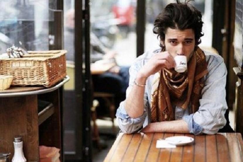 Pria meminum kopi (Ilustrasi)