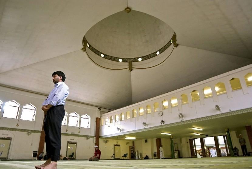 Pria sedang berada di sebuah masjid di London, Inggris.