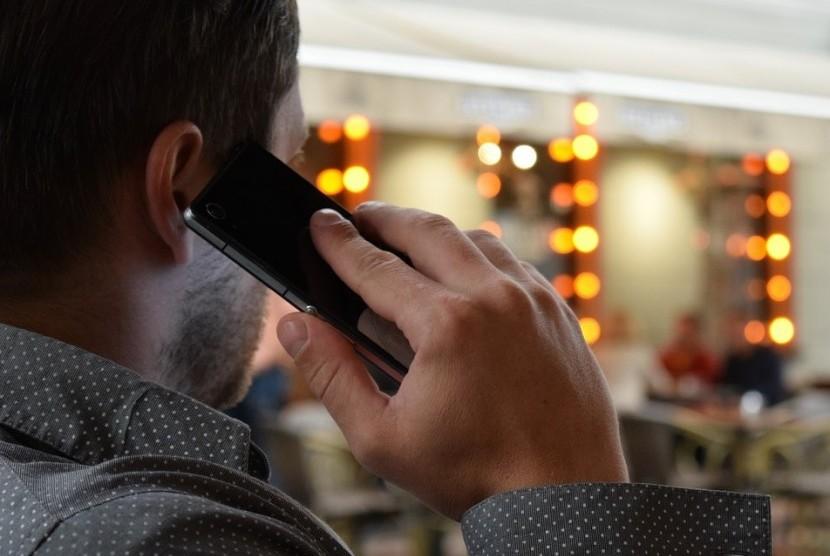 Pria sedang menelepon. Radiasi ponsel dapat memengaruhi kesehatan penggunanya dalam jangka panjang. (Ilustrasi)