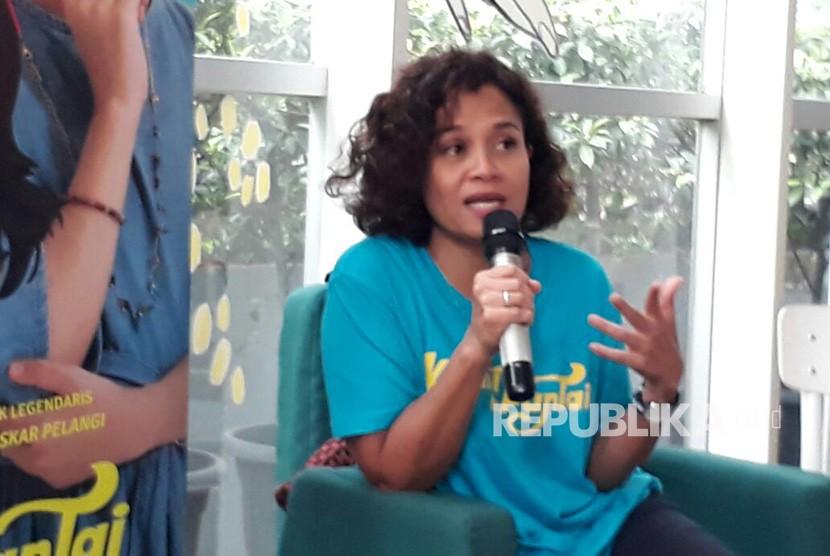 Produser Mira Lesmana saat ditemui wartawan di Kedai Kopi 89, Mampang Prapatan Jakarta Selatan, Kamis (22/2).