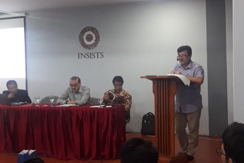 Prof Ahmet Karacik sedang memaparkan pendapatnya tentang Said Nursi dalam seminar di INSISTS Jakarta pada Senin (15/7)
