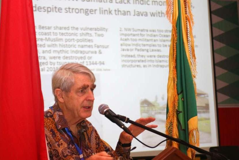 Prof Anthony Reid memaparkan materi sebagai keynote speaker pada konferensi internasional di UIN Ar-Raniry.
