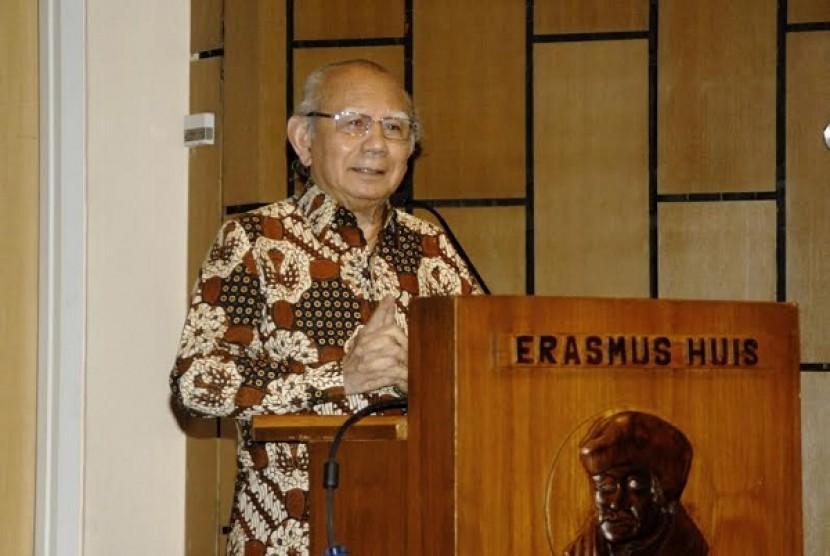 Prof. Dr Emil Salim saat menjadi salah satu pembicara dalam acara