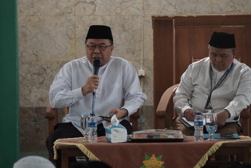 Prof Dr KH Didin Hafidhuddin MS (kiri).