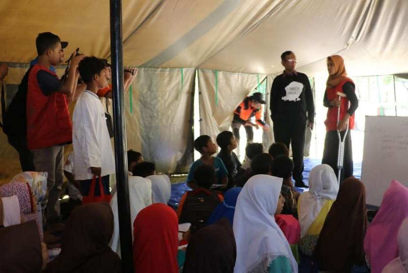 Prof Mahfud MD di dalam salah satu kelas Madrasah Ceria BMH bersama Wulan Andriani relawan muda di Madrasah Ceria yang juga korban patah kaki akibat gempa 7 SR.