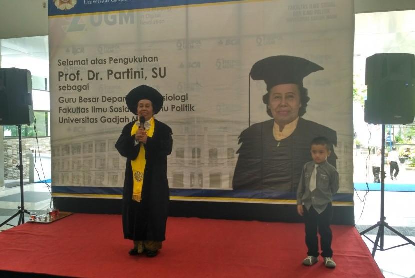 Prof Partini saat memberikan sambutan dalam acara ramah tamah dan syukuran usai acara pidato pengukuhannya sebagai Guru Besar Sosiologi Fisipol UGM di Hall Fisipol UGM, Yogyakarta, Selasa (10/10).