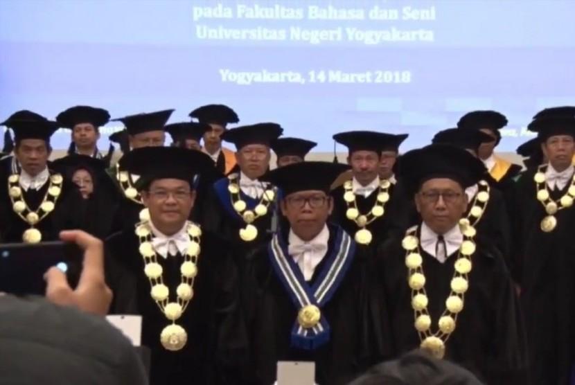Prof Suroso dikukuhkan sebagai Guru Besar Bidang Ilmu Pembelajaran Sastra Indonesia.