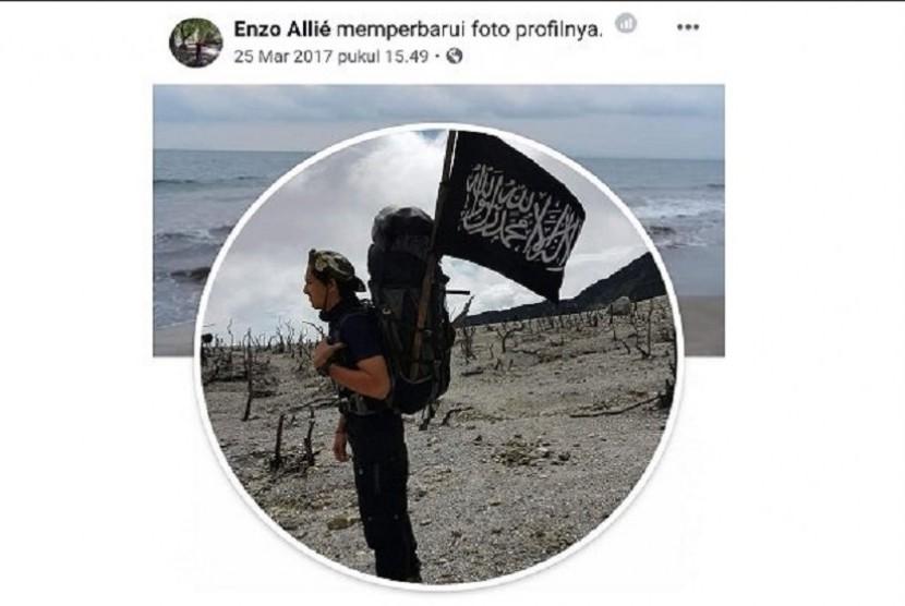Profil foto media sosial Enzo membaca bendera kalimat tauhid.