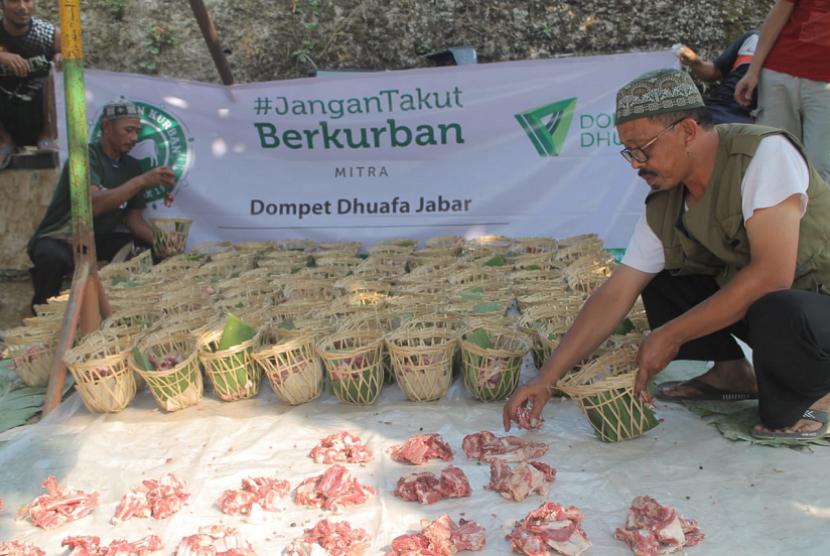Program Tebar Hewan Kurban Dompet Dhuafa membagikan daging kurban untuk para penerima manfaat.