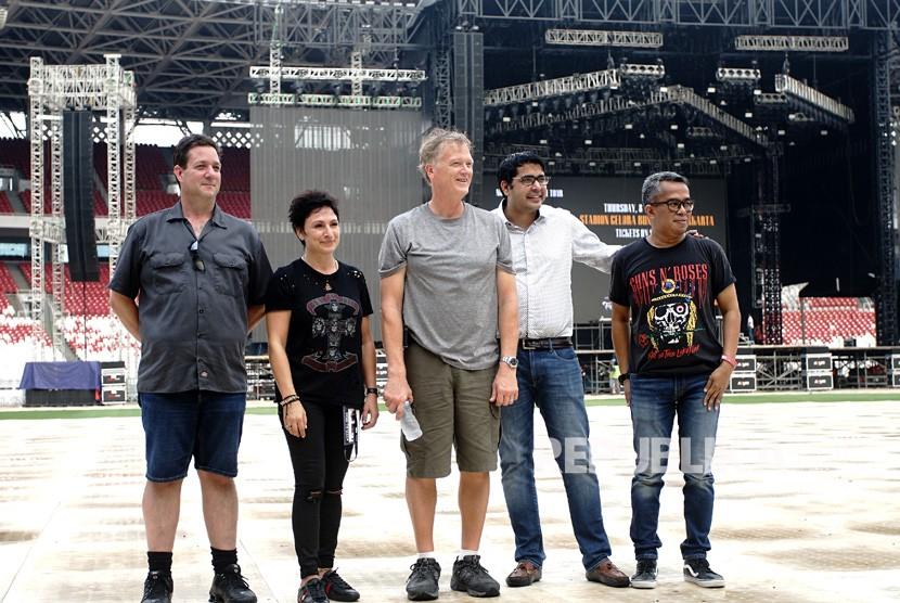 Promotor Samantaha Tzovolos (kedua kiri), CEO Book My Show Sudhir Syal (kedua kanan), Promotor Representatif Adib Hidayat (kanan), berfoto bersama usai memberi keterangan pers tentang konser grup band Guns N Roses (GNR), di stadion GBK, Jakarta, Selasa (6/11/2018).