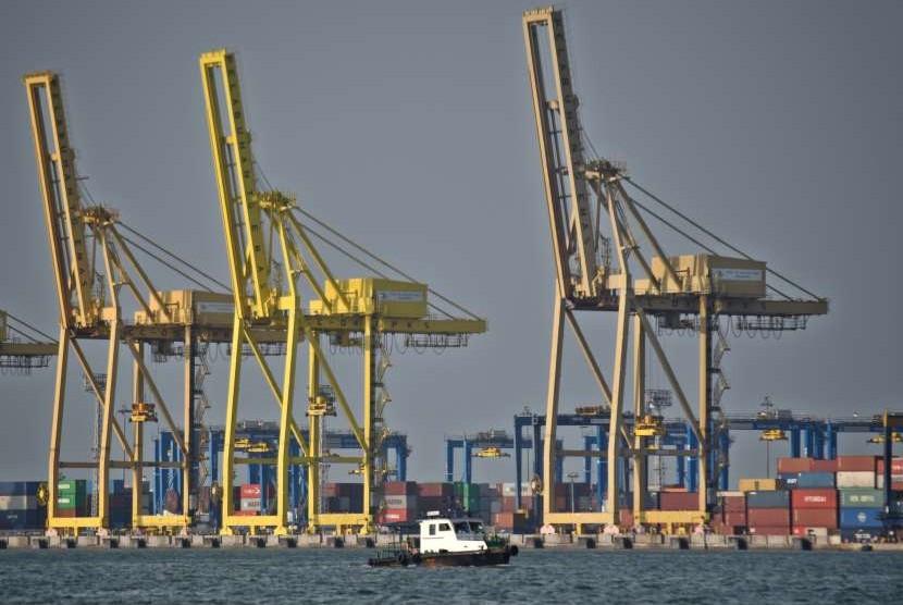 Proses bongkar muat peti kemas berlangsung di Pelabuhan Tanjung Emas, Semarang, Jawa Tengah, Kamis (13/9). Badan Pusat Statistik (BPS) mencatat pada September 2018 terjadi deflasi 0,18 persen.