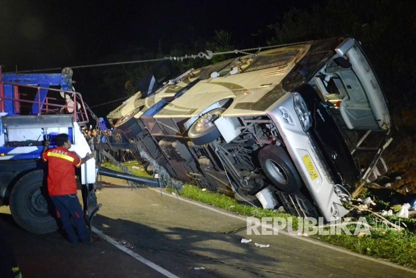 Proses evakuasi kecelakaan bus pariwisata dengan nomor polisi F 7259 AA, di Tanjakan Emen, Kecamatan Ciater, Kabupaten Subang, Sabtu (10/2).