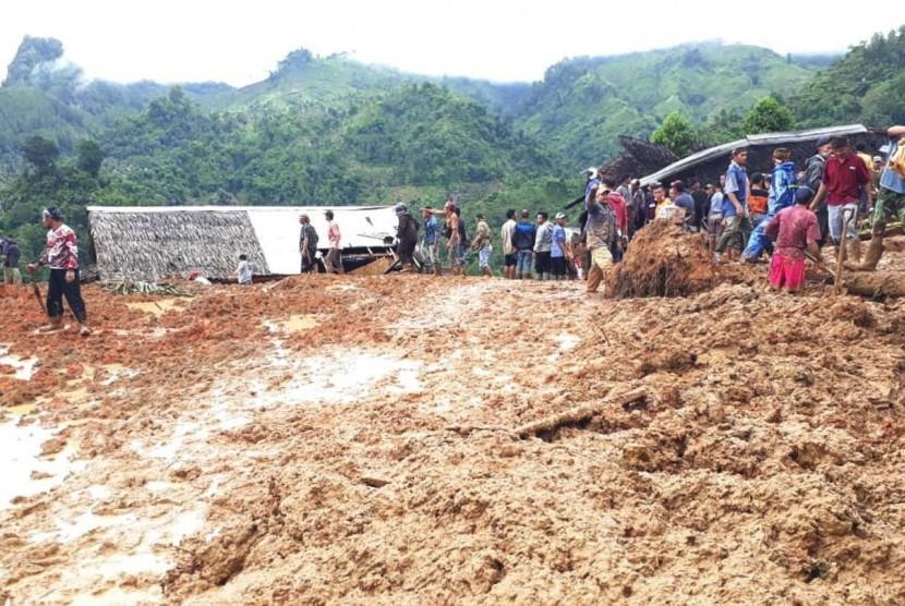 Proses evakuasi korban longsor di Kampung Cimapag, Desa Sirnaresmi Kecamatan Cisolok, Kabupaten Sukabumi Selasa (1/1).