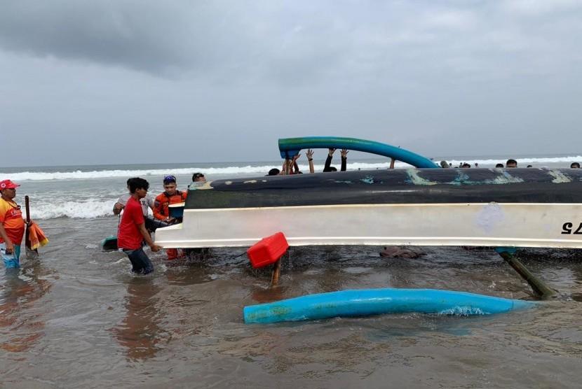 Proses evakuasi Perahu Mina Ciamis 275 di Pantai Pangandaran, Sabtu (8/6).