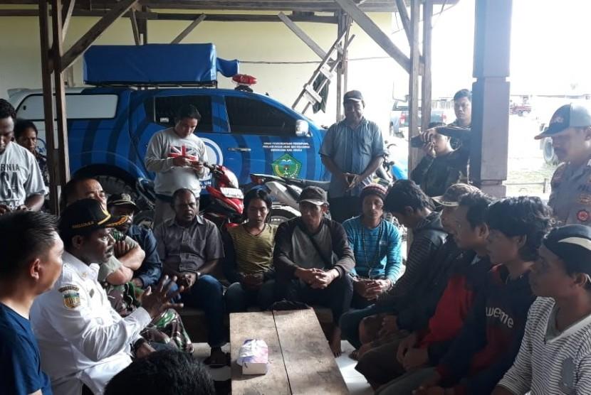 Proses evakuasi 10 pekerja oleh tim gabungan TNI-Polri di Nduga, Papua, seusai insiden pembantaian pekerja yang dilakukan kelompok bersenjata pada Rabu (12/12).