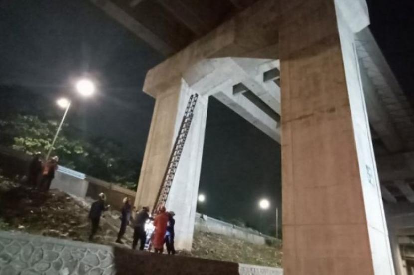 Proses evakuasi yang dilakukan petugas Damkar Jakarta Timur terhadap kucing yang terjebak di tiang LRT Jabodebek, Kamis (20/5) malam WIB.