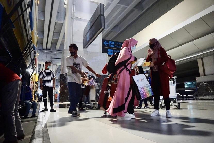 Proses karantina bagi penumpang internasional baik Warga Negara Indonesia (WNI) maupun Warga Negara Asing (WNA) yang tiba di Bandara Internasional Soekarno-Hatta, Tangerang berjalan lancar yang didukung sinergi antara sektor penerbangan dan pariwisata. (ilustrasi).