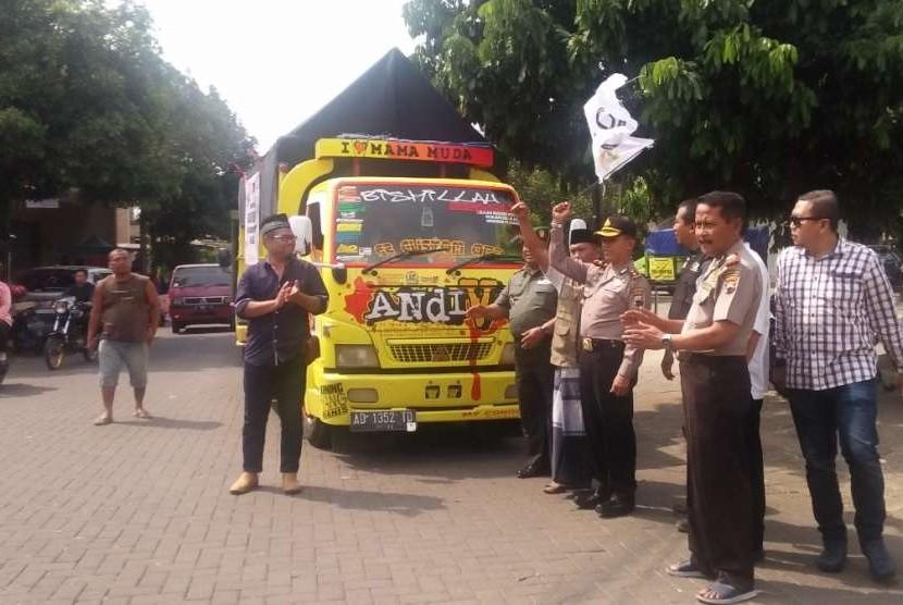 Proses pelepasan sembilan truk logistik kemanusiaan ACT Jawa Tengah menjuju Palu dan Lombok, di halaman masjis Jatisari, Kecamatan Mijen, Kota Semarang, Jumat (5/10)