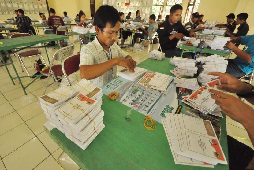 Proses pelipatan surat suara.