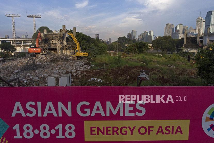 Proses pembangunan venue Asian Games di Kompleks Stadion Utama Gelora Bung Karno, Senayan, Jakarta, Senin (2/4).
