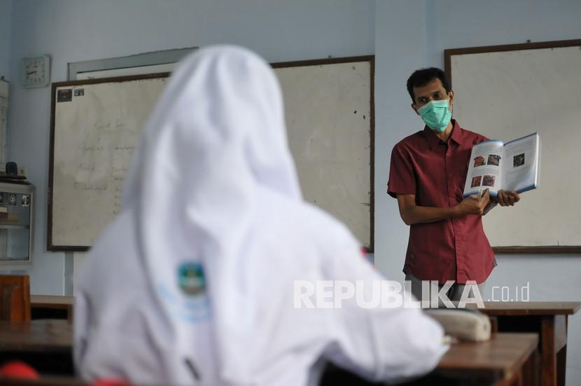 Proses pembelajaran tatap muka (PTM) di SMA Negeri 3 Kabupaten Jombang, Jawa Timur, Selasa (6/4/2021). Berdasarkan data Dinas Pendidikan dan Kebudayaan (Disdikbud) Kabupaten Jombang baru 80 persen sekolah yang sudah menggelar PTM, sedangkan 20 persen belum siap karena belum bisa memenuhi persyaratan diantaranya tersedianya wastafel untuk cuci tangan, PTK (pendidik dan tenaga kependidikan) sudah divaksin dua kali kemudian kesiapan menerapkan sistem pembelajaran secara bergantian.
