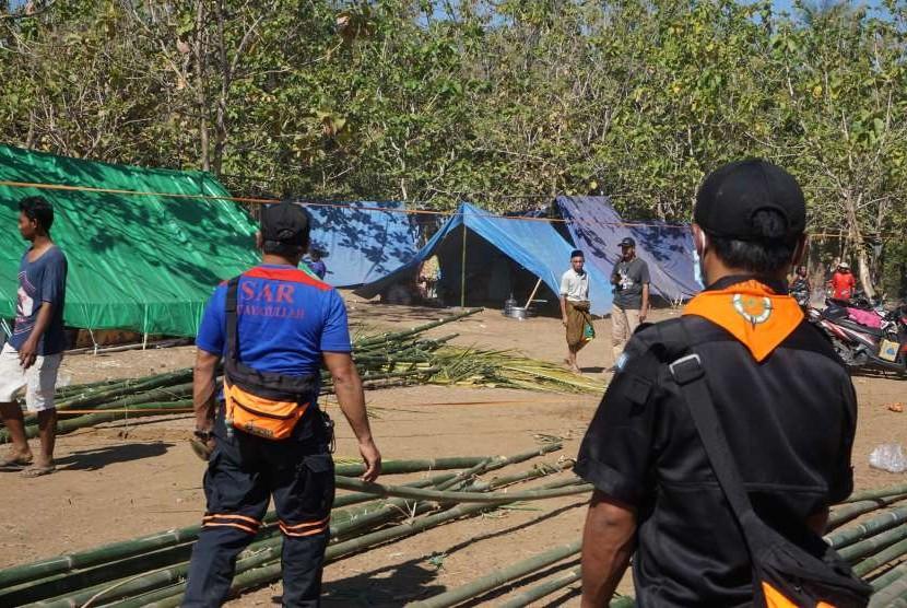 Proses pendirian mushala darurat oleh BMH dan SAR Hidayatullah di Dusun Rangsot Barat, NTB.