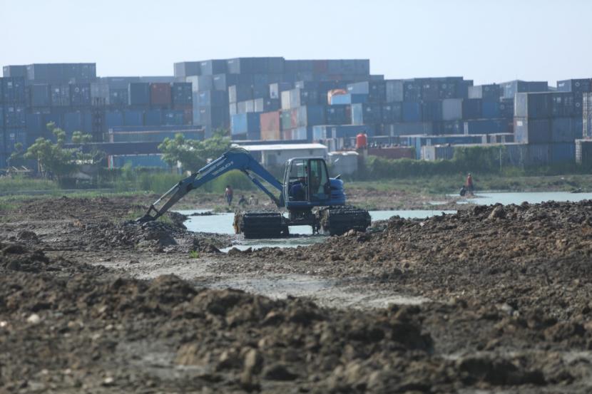Proses pengerukan Waduk Belibis yang berlokasi di Kelurahan Semper Barat, Cilincing, Jakarta Utara.