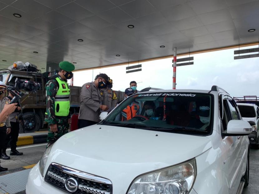 Proses penyekatan kendaraan mudik di Pintu Keluar Tol Singosari, Kamis (6/5).