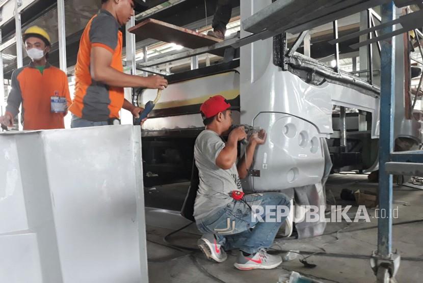Proses perakitan bus low entry Transjakarta di Karoseri Nusantara Gemilang (KNG), Kudus, Jawa Tengah, Selasa (13/2).