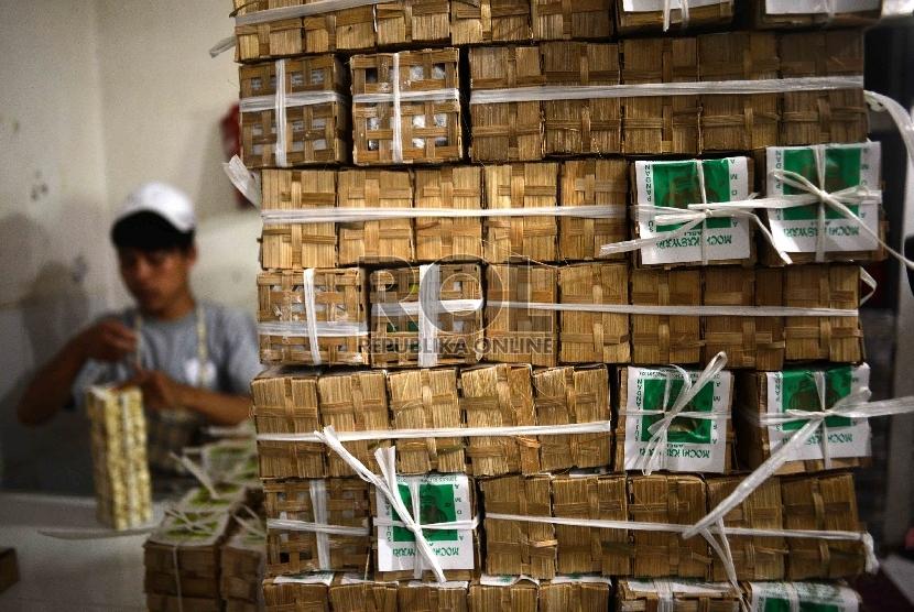 Proses produksi Kue Mochi di sentra produksi kue mochi di Sukabumi, Jawa Barat, (12/3). (Republika/Agung Supriyanto)