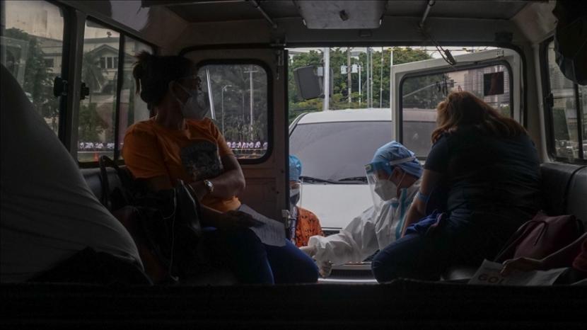 Filipina hadapi lonjakan kasus varian baru Covid-19 Delta. Proses swab Covid-19 di Filipina