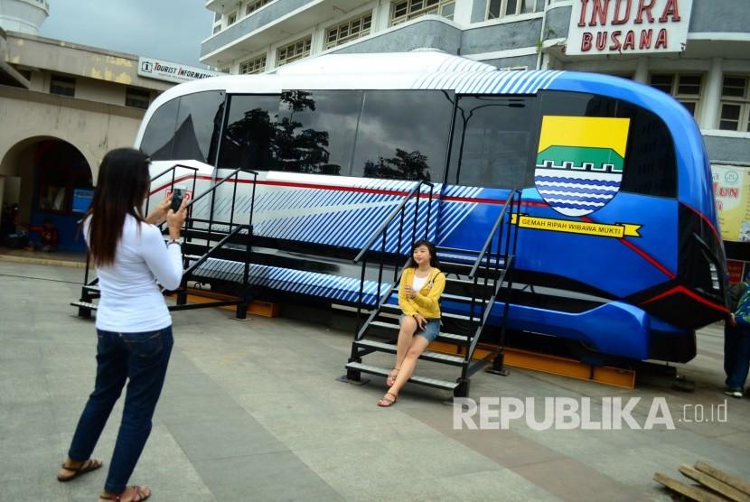 Prototipe Light Rail Transit (LRT) Metro Kapsul Bandung dipajang di Alun-alun, Kota Bandung.