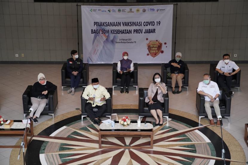 Provinsi Jabar, menggelar vaksinasi massal Covid-19 untuk tenaga kesehatan (Nakes) di Provinsi Jawa Barat selama dua hari ke depan, Rabu dan Kamis (3-4/2) , Gedung Sasana Budaya Ganesha ITB, di Jalan Tamansari, Kota Bandung. Pelaksanaan vaksinasi kepada sekitar 3.000 tenaga kesehatan ini merupakan kerja sama antara Pemprov Jabar, RS Hasan Sadikin, dan ITB.