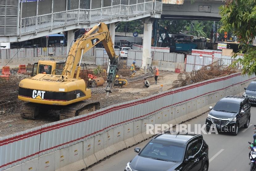 Proyek Underpass. Pekerja menyelesaikan proyek pembangunan underpass Mampang Prapatan- Kuningan Jakarta, Senin (01/10)