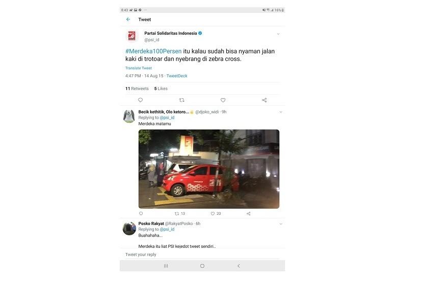 PSI dikritik karena menyerobot trotoar untuk parkir mobil.