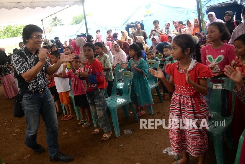 Psikolog anak Kak Seto mengajak pengungsi anak korban gempa bermain sambil menyanyi di pengungsian, Pidie jaya, NAD, Jumat (9/12).