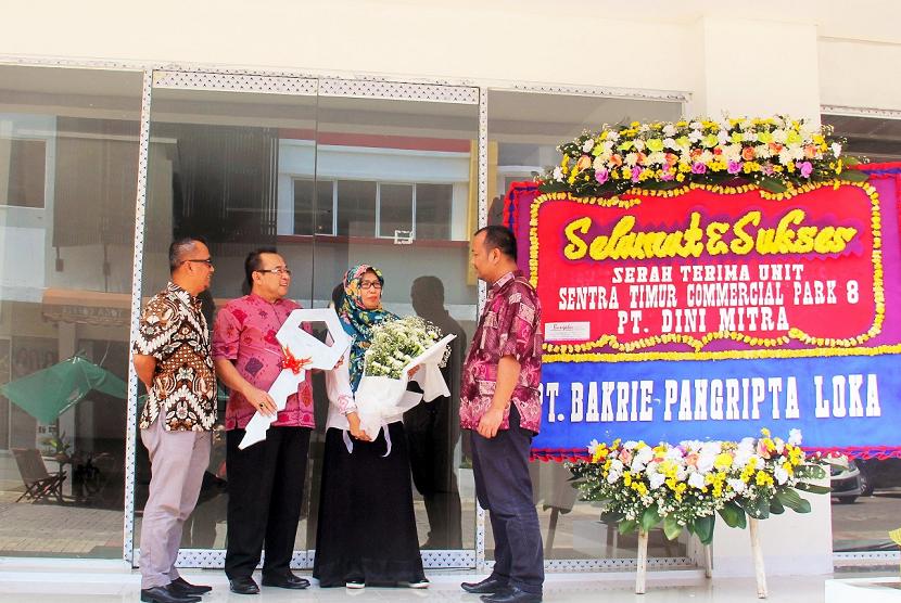 PT Bakrie Pangripta Loka (BPL) menyerahkan unit propertinya kepada salah satu pemilik unit ruko tiga lantai Sentra Timur Commercial Park (STCP) 8.
