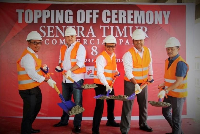 PT Bakrie Pangripta Loka melakukan tahap penutupan atap atau topping off area bisnis Sentra Timur Commercial Park 8, Kamis (23/2).